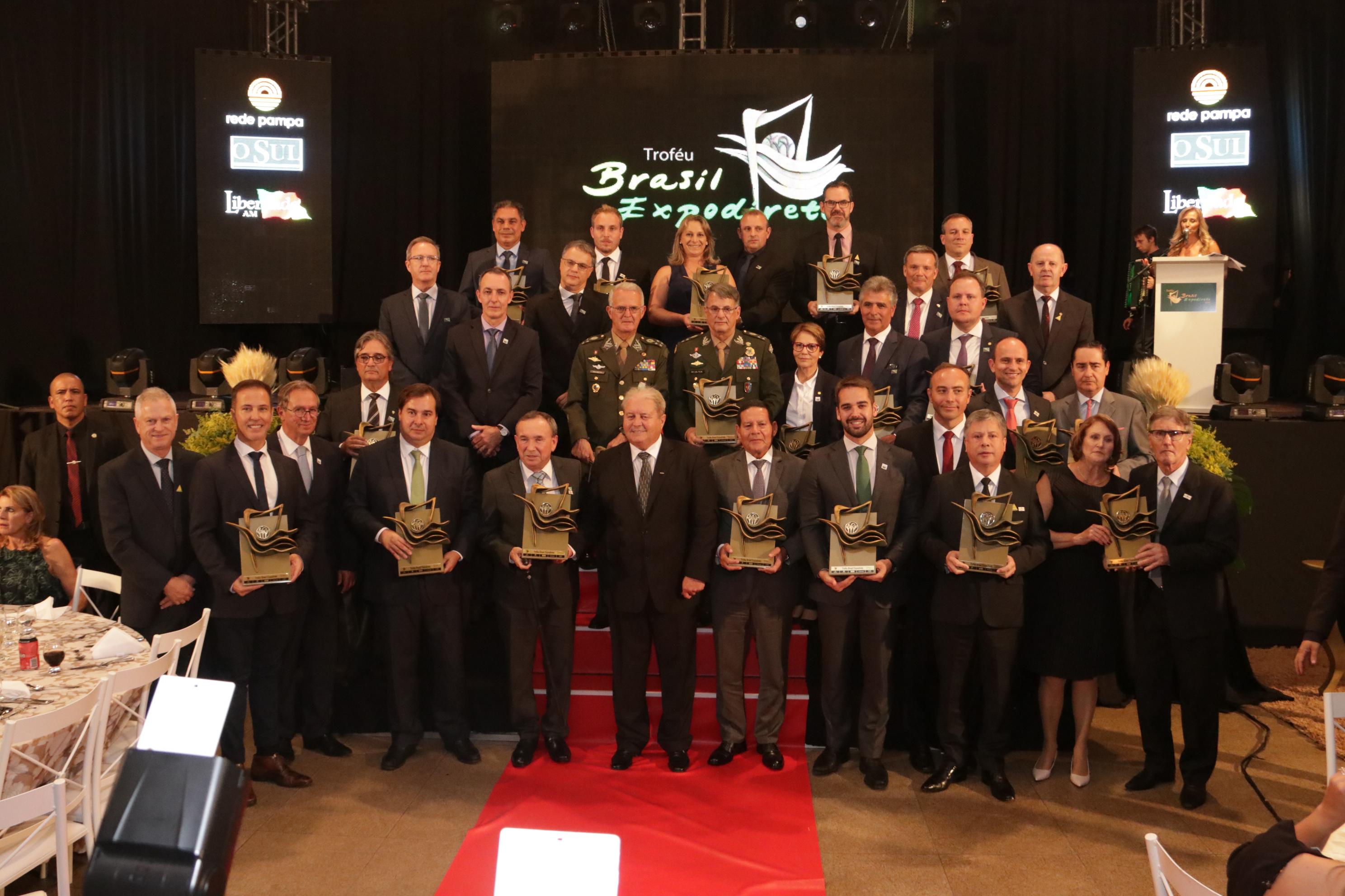 A foto oficial dos premiados marcou o encerramento do evento, com a presença do governador do Estado, Eduardo Leite. (Foto: Sandro Castro)